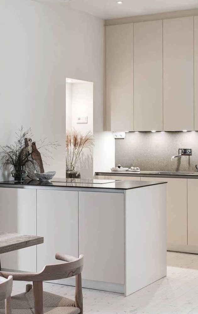 Já nessa outra cozinha, a opção foi por um tom um pouco mais claro de marfim para contracenar com o branco
