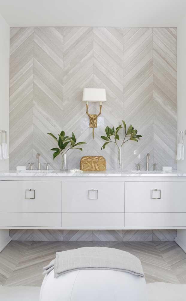 Revestimento de parede em tons de cinza e marfim decora esse banheiro