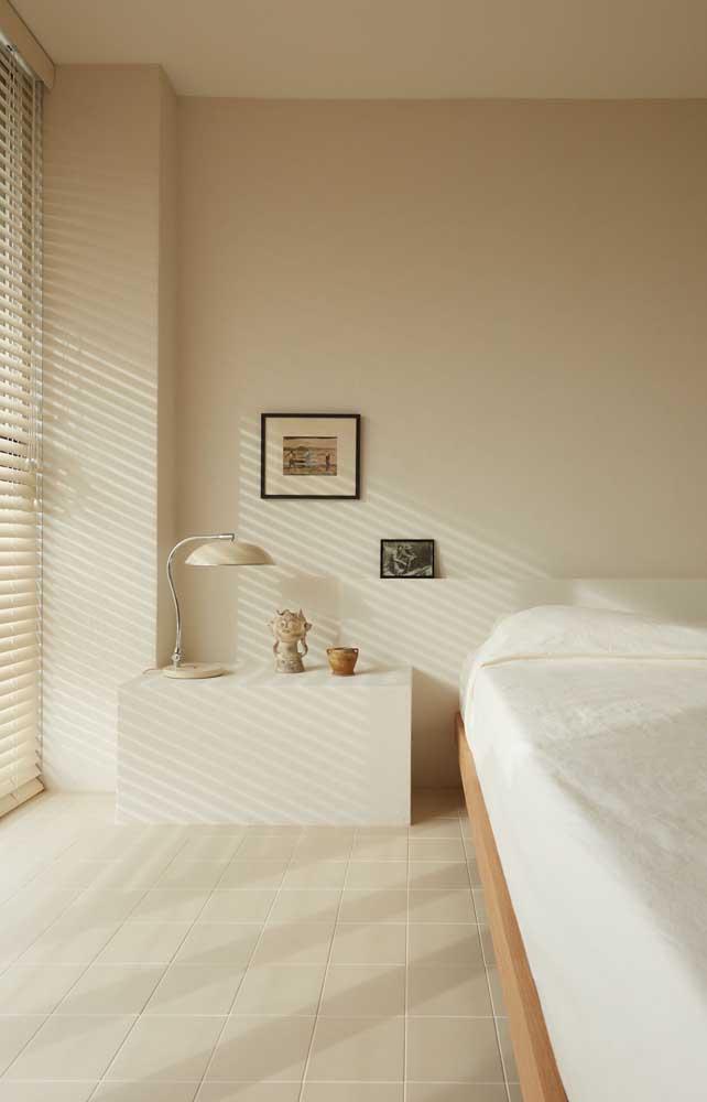 Calmo e harmônico, esse quarto de casal apostou na cor marfim para as paredes