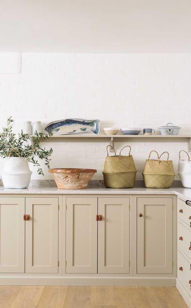 Cor marfim entre o clássico e o moderno nessa cozinha