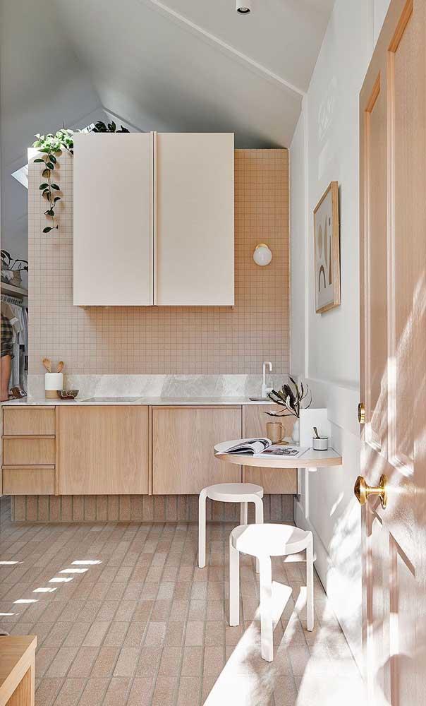 Essa cozinha iluminada soube usar muito bem a combinação entre marfim, madeira e branco