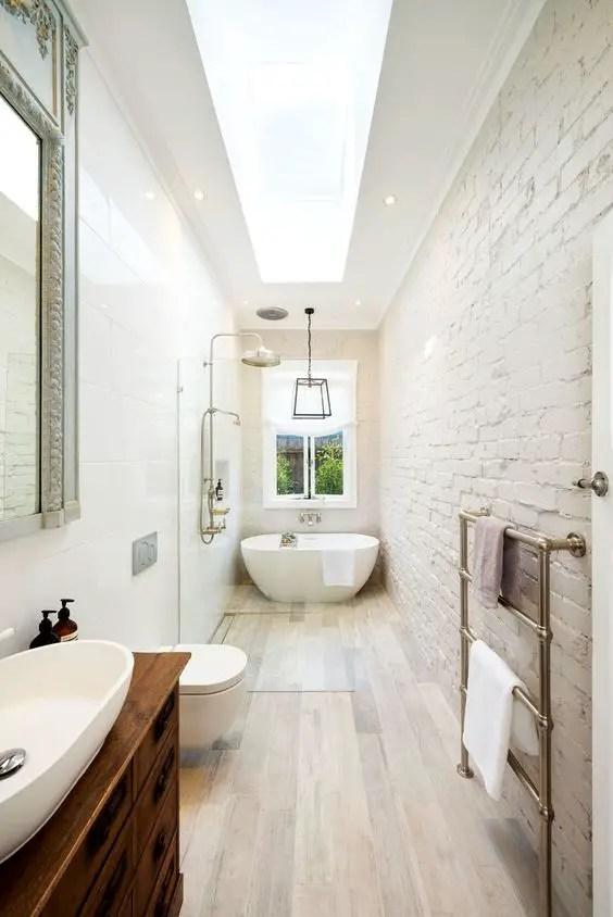 Phòng tắm hẹp với tường gạch nổi bật # phòng tắm # nhà tắm # phòng tắm hẹp #decorhomeideas