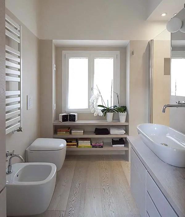 Phòng tắm hẹp có kệ dưới cửa sổ # phòng tắm # căn hộ # phòng tắm #decorhomeideas