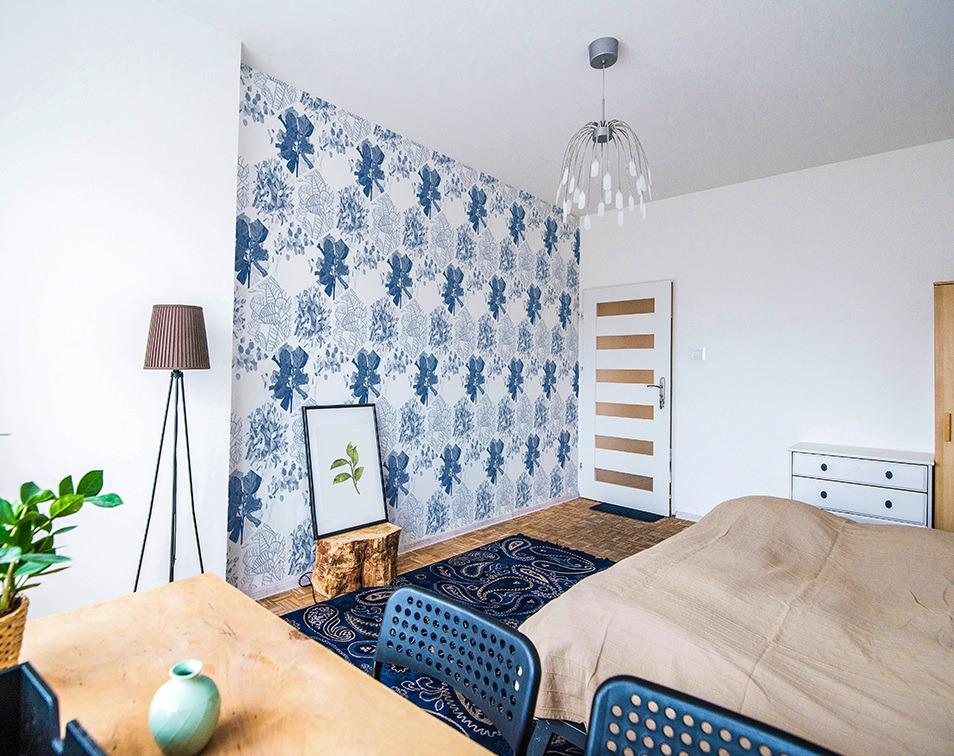 dekoracje w kolorze roku pantone 2020 Classic Blue do sypialni