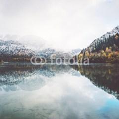 jezioro-w-gorach-fototapety-do-salonu
