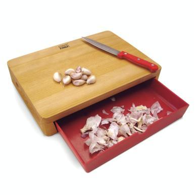 La planche Cut and Collect Chopping Board de Joseph Joseph