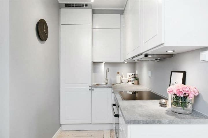 Solutions de stockage créatives dans ce petit appartement scandinave