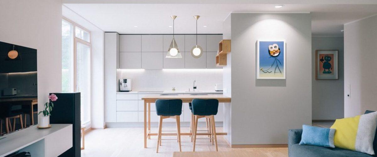 Ines Käärma nous dévoile une maison minimaliste aux accents bleus et jaunes