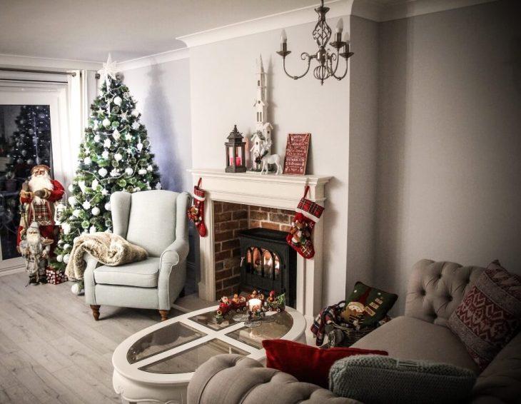 Un sapin de Noël vers la cheminée