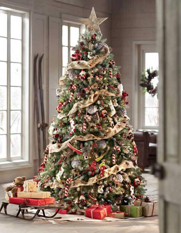Un arbre de Noël avec ornements vintage