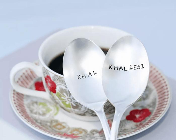 Les cuillères estampées Khal & Khaleesi – 25 dollars