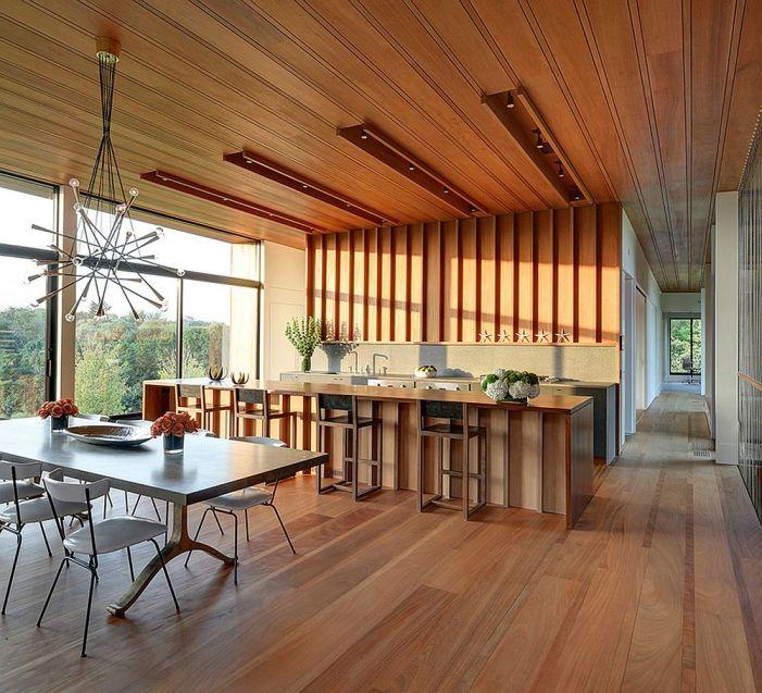 Un plafond en bois dans une cuisine moderne