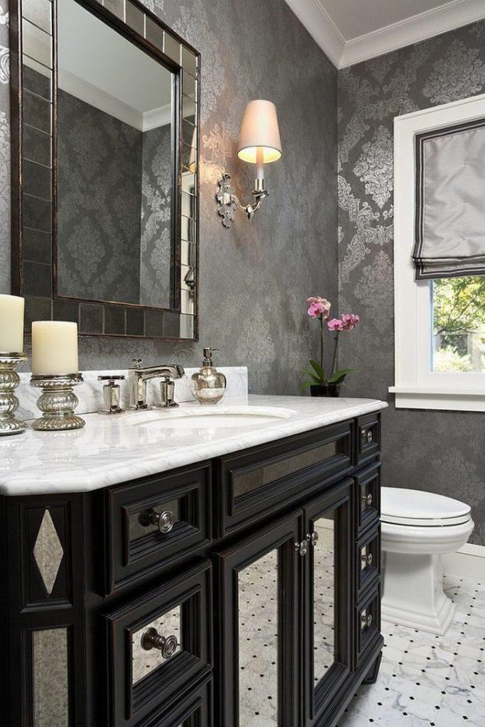 Salle de bain grisemiroirs et papier peint