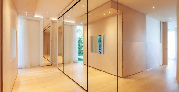Ajoutez des miroirs pourdécorer un couloir