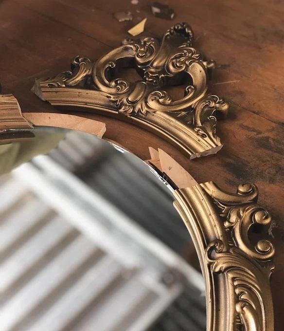 erreurs en décoration Feng Shui Miroirs brisés ou obstrués