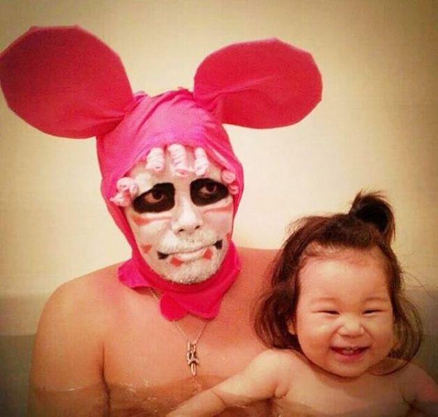 Padre japones hija bano raton