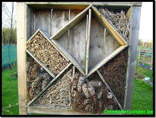 Bijenhotel van afgedankt hout