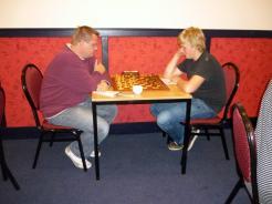 Pieter van Kammen en Klaas Vlasma geconcentreerd bezig