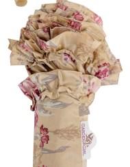 GardenGirl Paraplu classic met mooie franjes en classic print. Stevige paraplu in classic motief, beige met rozen print. De paraplu heeft een houten rechte handgreep. Eenvoudig te bedienen met de drukknop. De paraplu zal zich dan uit zichzelf ontvouwen en u beschermen tegen de regen. Natuurlijk is deze GardenGirl paraplu ook weer eenvoudig inklapbaar en vast te zetten met het bandje welke is voorzien van klittenband.