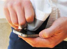 Membersihkan layar smartphone