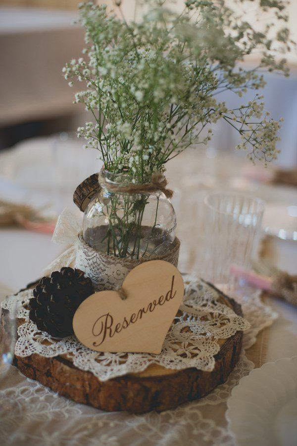 babys breath lace burlap and tree stump wedding decor ideas