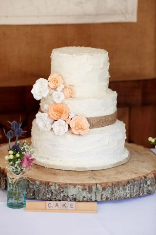 30 Burlap Wedding Cakes for Rustic Country Weddings   Deer Pearl Flowers burlap wedding cake rustic burlap wedding cake and wood centerpiece
