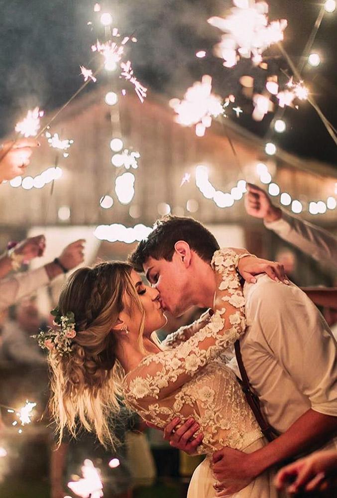 sparkler photo ideas tips evening kiss