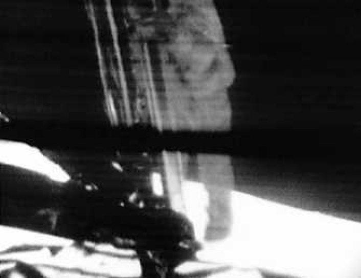 Que filmó el primer paso de Neil Armstrong en la luna?
