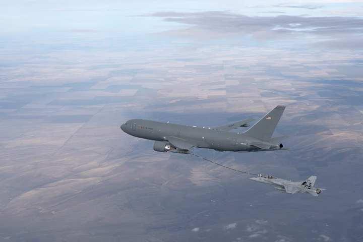 KC-46A refuels FA-18
