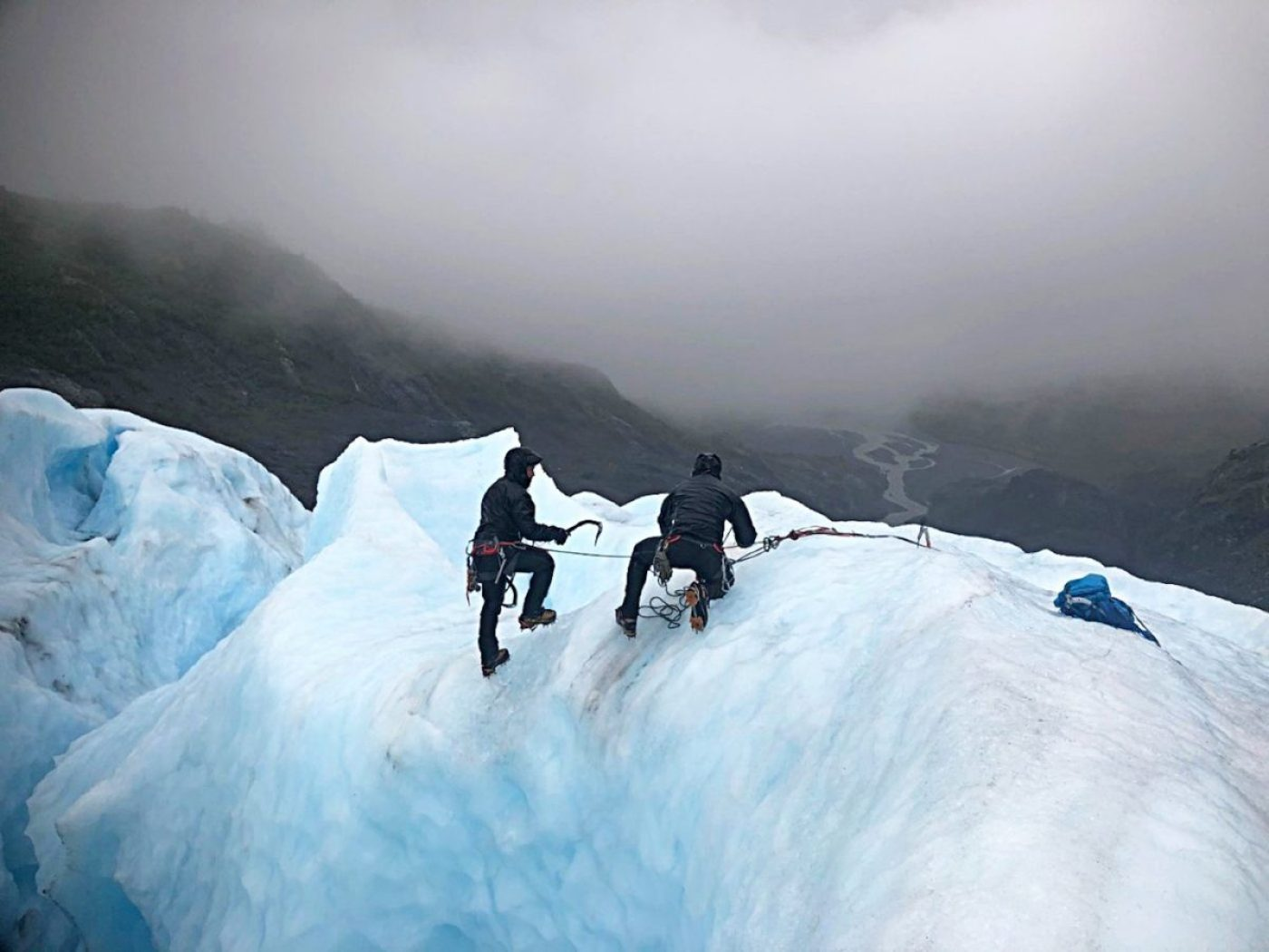 Green Berets with 1st Special Forces Group (Airborne) practices self-recovery from a glacial crevasse during Valor United 20, an arctic warfare training exercise in Seward, Alaska. During the September 2020 exercise, Special Forces and conventional soldiers alike developed their patrolling and survival skills in some of the most unforgiving terrain in the U.S. Key focus areas for the training were arctic, alpine and glacier movement, crevasse rescue, and long-range high-frequency communications. In addition to training, the 1st SFG (A) team assisted 212th Rescue Squadron with wilderness search and rescue operations. (1st Special Forces Group photo by Sgt. Kayla Hocker)