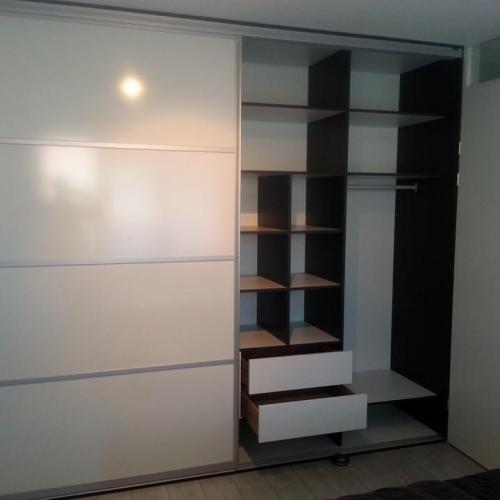 Interieur 2 Schuifdeurkast Op Maat - Glans Wit Met Een Eiken Zwart Interieur