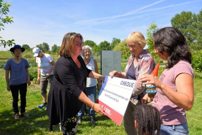 Wethouder Steffens reikt check uit aan Anneke en Gunilla. Foto: Danny de Casembroot