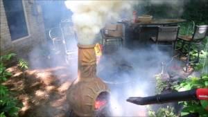 grill mit dem laubblaeser anheiz