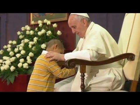 kleiner junge stiehlt dem papst