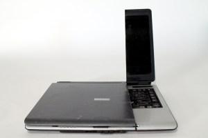 laptop mit wasserstrahl zerschne