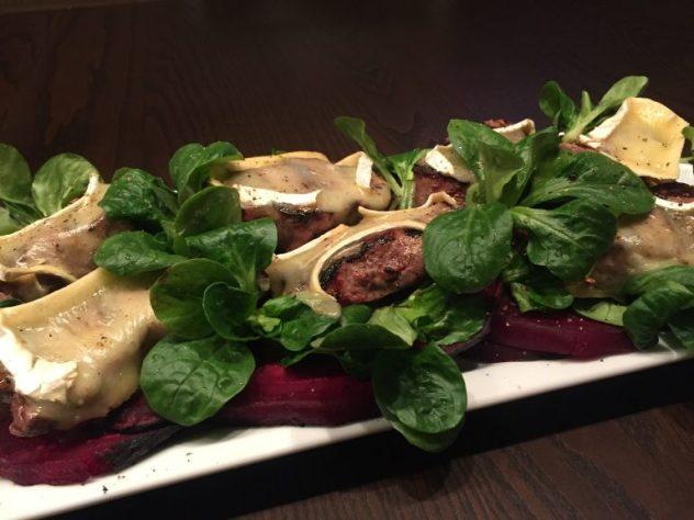 Rehrücken mit Camembert und Roter Beete Salata