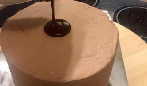 abgekühlte, noch flüssige Schokoganache auf die Mitte der Torte gießen