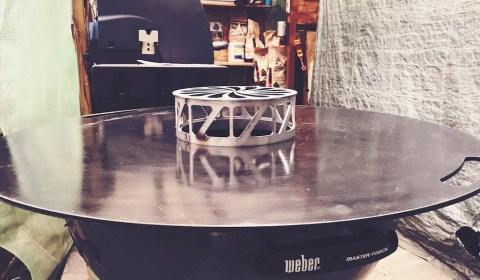 beschichtete Feuerplatte auf dem Weber Kugelgrill