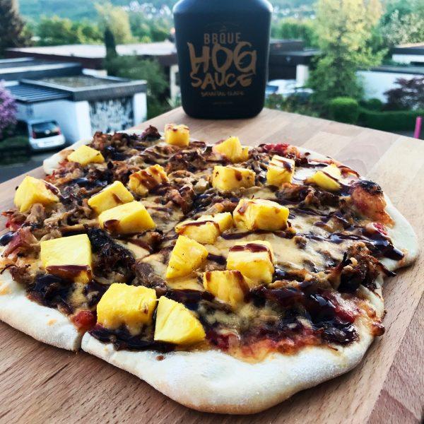 Pulled-Pork Pizza mit Ananas und HOG Sauce von BBQUE