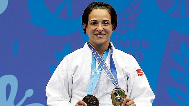 Julia Figueroa con dos medallas de judo