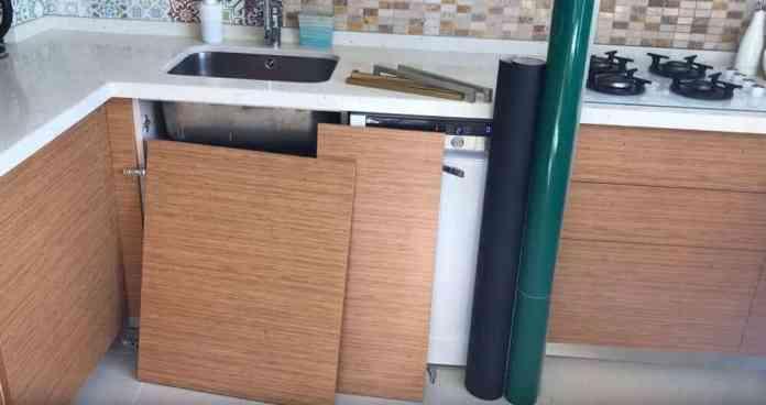 Yapışkanlı folyo ile mutfak dolabı kaplama