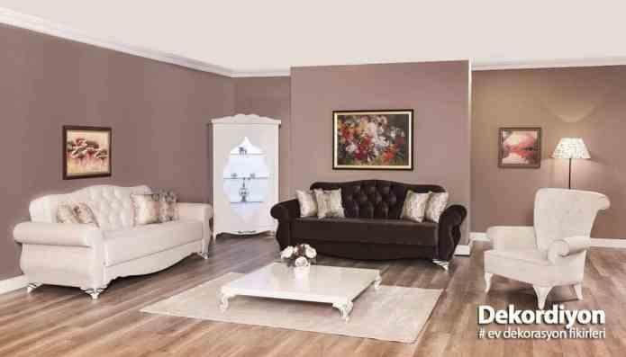 Kahverengi koltuk beyaz renk kombini