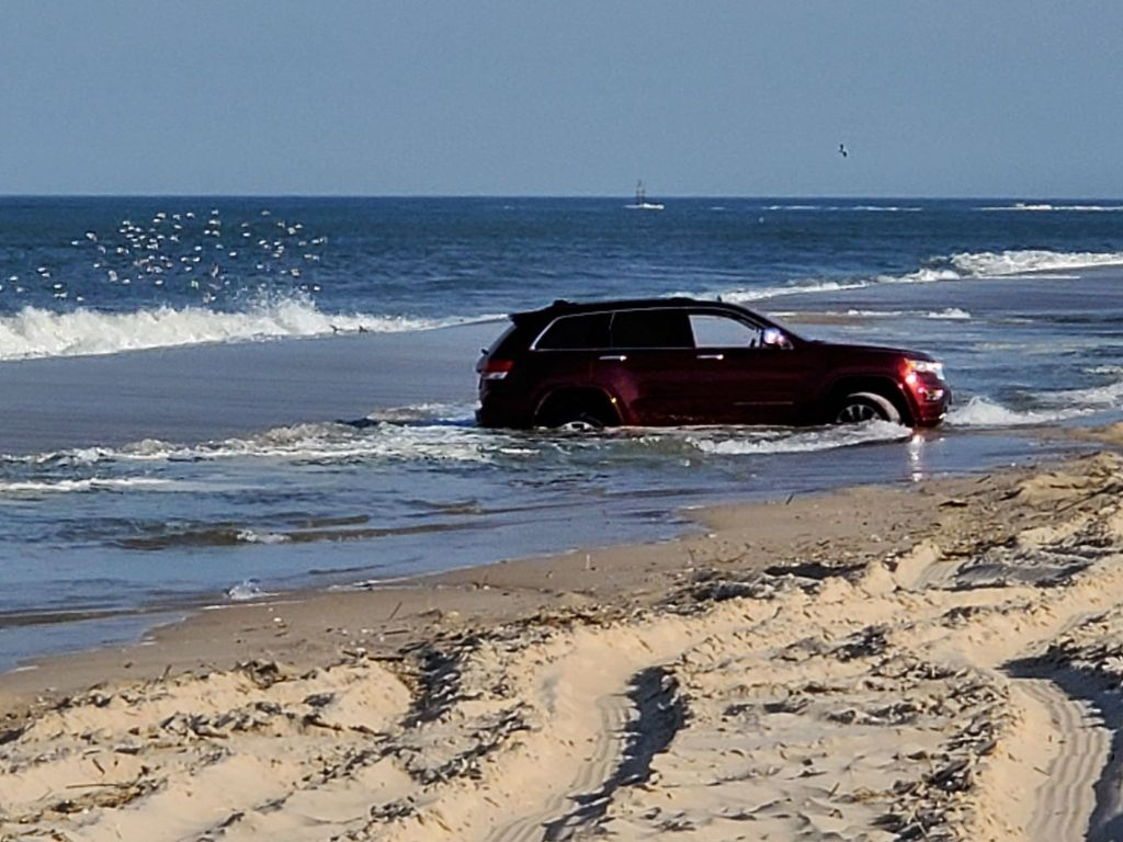 vehicle stuck on beach, vehicle in ocean, vehicle stuck in tide pool, delaware surf fishing