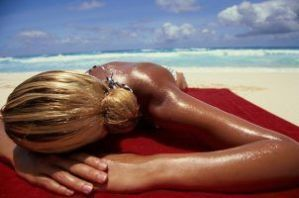 Estar moreno y tomar el sol: ¿una ventaja? Sí, para el melanoma.