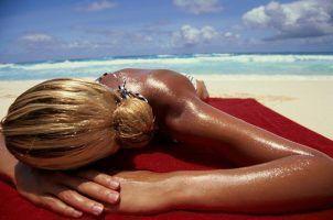 DEL CINE AL HOSPITAL Estar moreno y tomar el sol: ¿una ventaja? Sí, para el melanoma.
