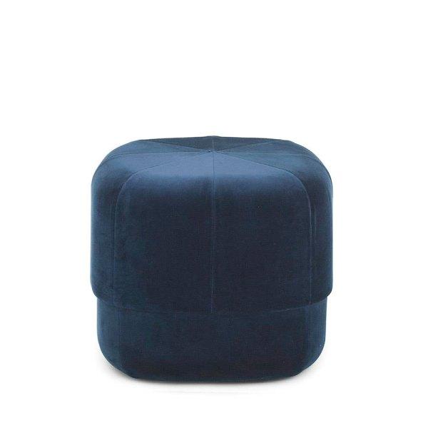 Pouf Circus en terciopelo azul oscuro de la firma Normann Copenhagen