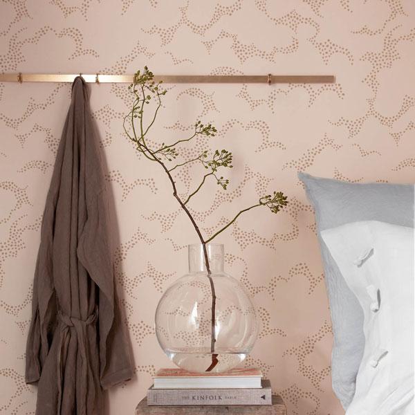Papel pintado Molntuss rosa de la colección Wonderland de Borastapeter colocado en el cabecero de un dormitorio