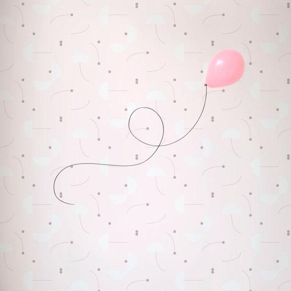 Papel pintado Primitive Roll en fondo rosa diseñado por Jaime Hayon para England&Co colocado en pared de dormitorio infantil