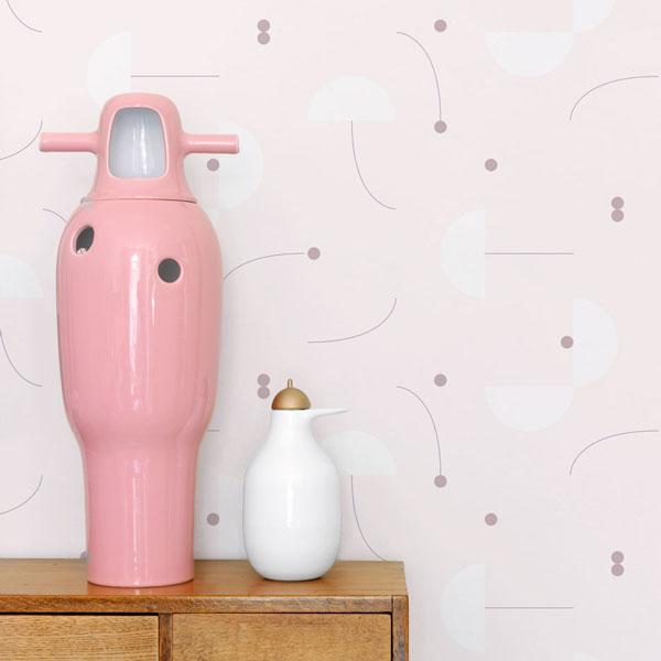 Papel pintado Primitive Roll en fondo rosa diseñado por Jaime Hayon para England&Co colocado en un recibidor