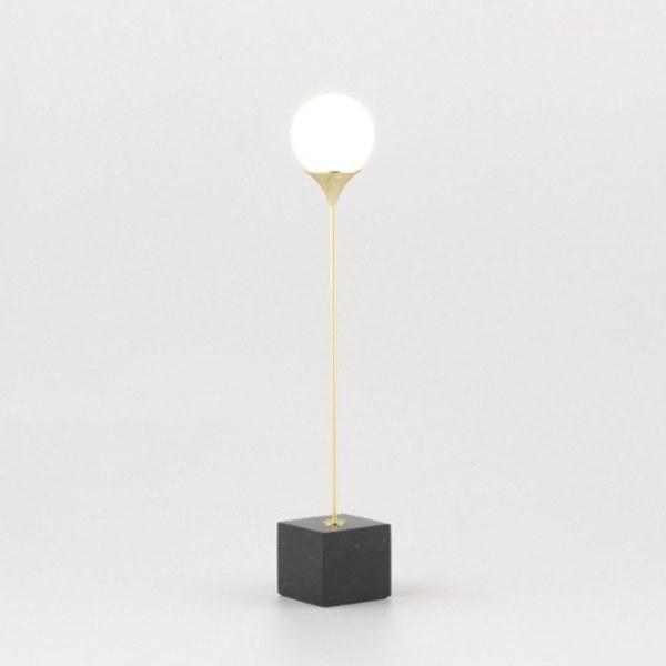 Lámpara de mesa LAN de Aromas del Campo con pie de mármol marquina y tulipa opal mate